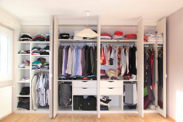 Kleidung geordnet aufbewahren