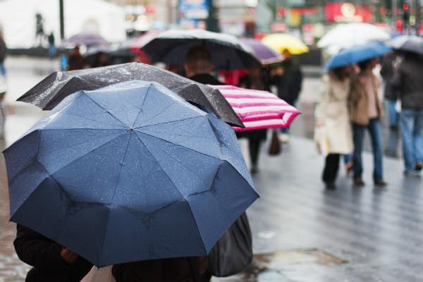 Regenwetter ist mit der richtigen Regenjacke oder dem richtigen Regenschirm kein Grund zum einbunkern!