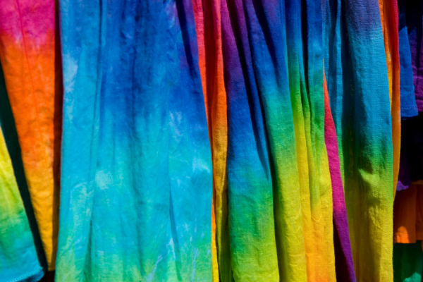 Gehen Sie mit selbst gestalteter, farbenfroher Kleidung in den Sommer
