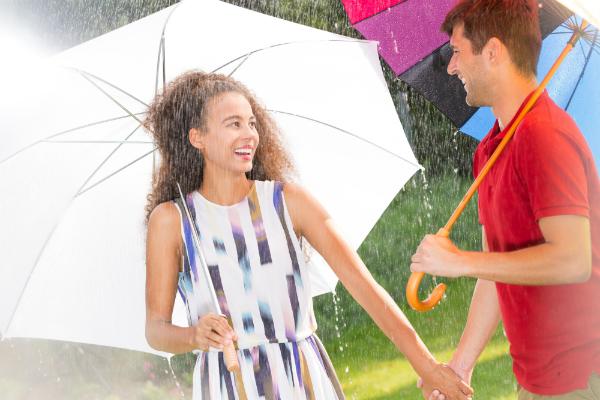 Haben Sie mit Regenschirm, Regenjacke und Co auch an nassen Sommertagen Spaß im Freien!