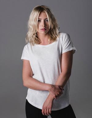 Weisses T-Shirt mit breitem Halsauschnitt fuer Damen