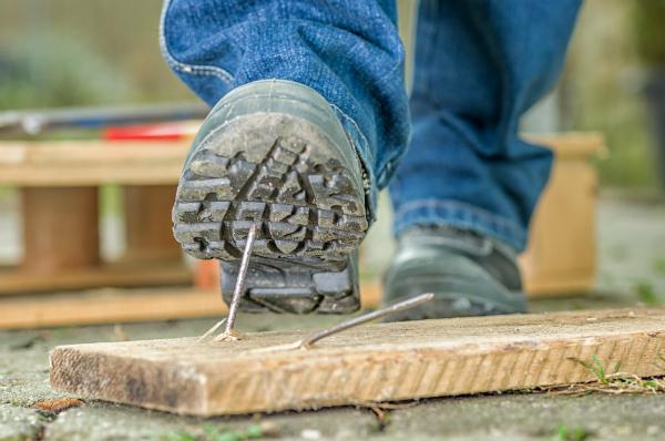 Die Schuhsohle von Sicherheitsschuhen muss robust sein und auch Nägeln standhalten