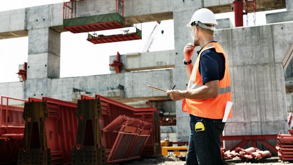 Auf Baustellen und vielen anderen Arbeitsplätzen sind Sicherheitsschuhe wichtig, um Verletzungen an den Füßen zu vermeiden