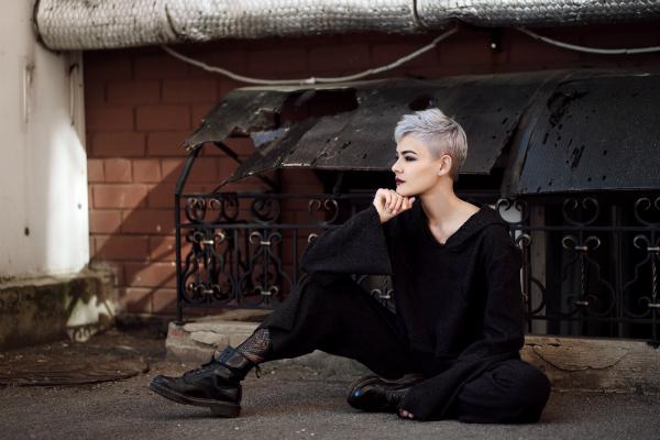 Weiblicher Punk nur in schwarz, aber trotzdem auffallend