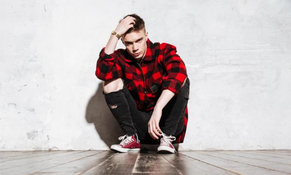 Destroyed Jeans sind ein Klassiker für den Punker Style