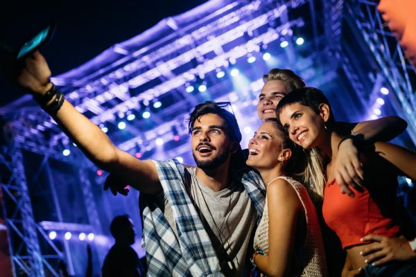 Mit dem richtigen Outfit sticht man auf dem Festivalgelände aus der Menge hervor