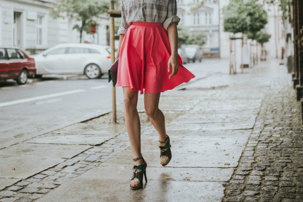 Modische junge Frau auf einer Strasse