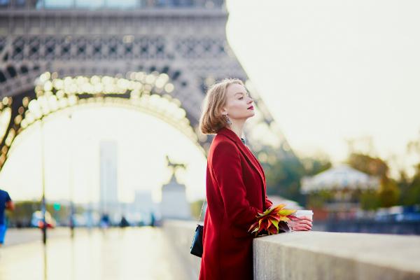 Schoene junge Franzoesin nahe dem Eiffelturm in Paris