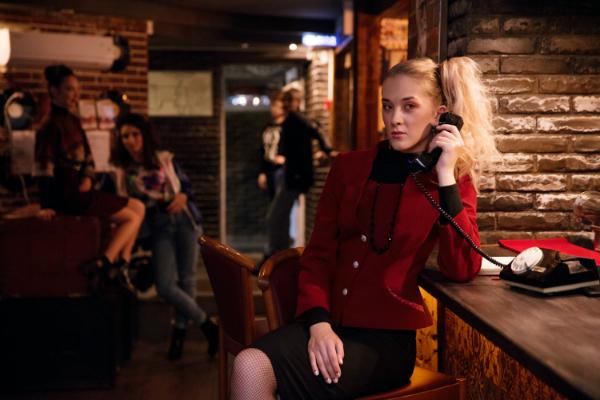 Frau im Business-Anzug der 80er Jahre