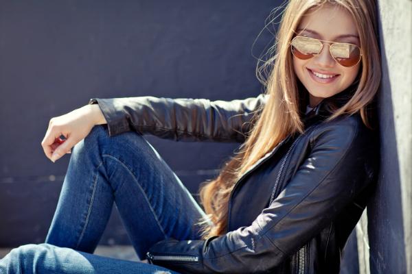 Junge Frau mit einer schwarzen Bikerjacke
