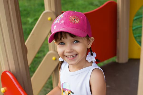 Kleines Maedchen mit einer pinken Cap