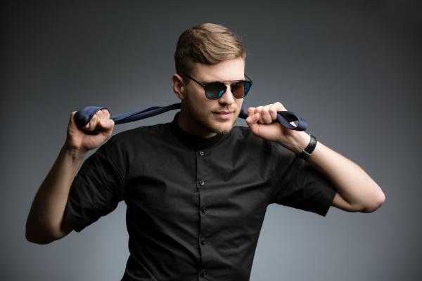 Stilvoller Mann im schwarzen Hemd