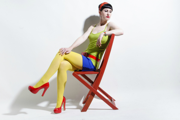 Junge Frau traegt farbige Kleidung (Color Blocking)