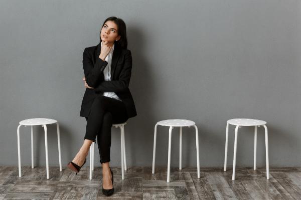 Geschaeftsfrau wartet auf Vorstellungsgespraech