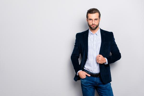 Gut gekleideter, attraktiver Mann