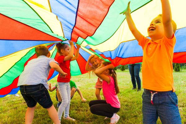 Kinderkleidung muss robust sein, um beim Spielen und Toben viel einstecken zu können