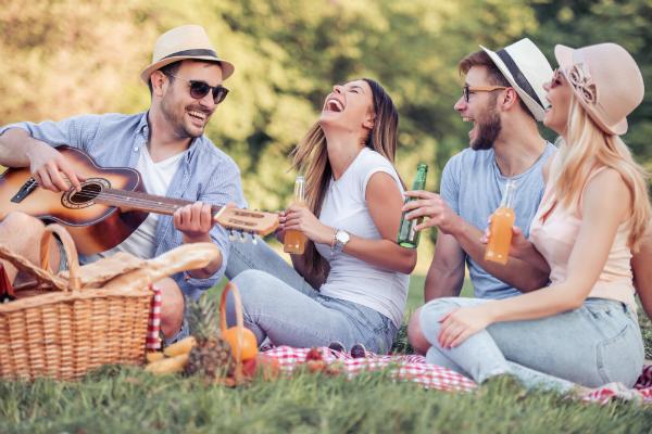 Freunde veranstalten ein Picknick im Park