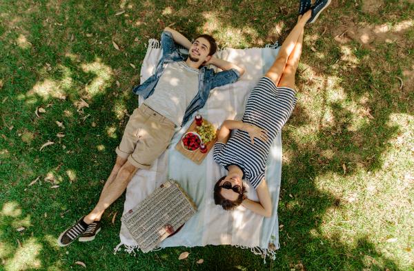 Paerchen entspannt bei Picknick im Park