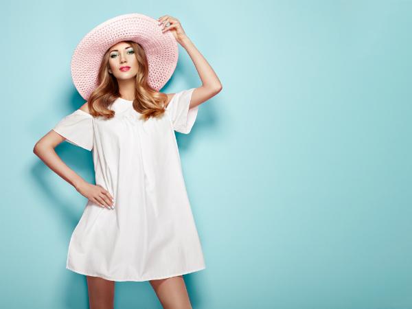 Frau in weissem Sommerkleid