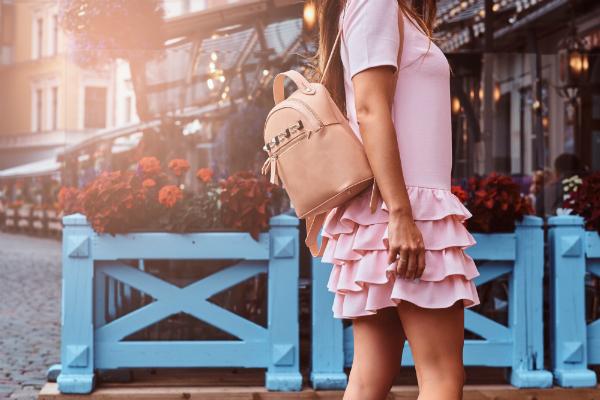 Frau mit Rucksack und Kleid