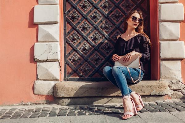 Stilvolle Frau mit Handtasche
