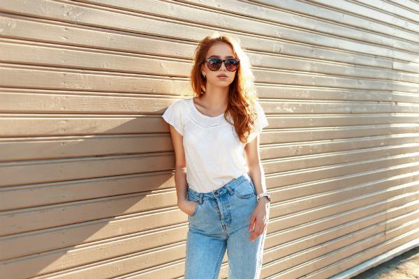 Stilvolles Maedchen in Blue Jeans und weissem T-Shirt