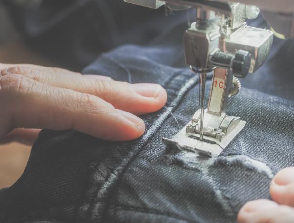 Aus alten Jeanshosen lassen sich tolle Accessoires machen