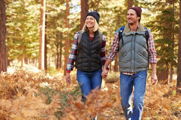 Bodywarmer beim herbstlichen Spaziergang durch den Wald