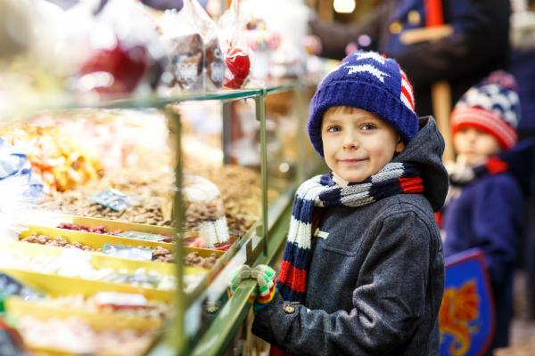 Kleiner Junge auf dem Weihnachtsmarkt