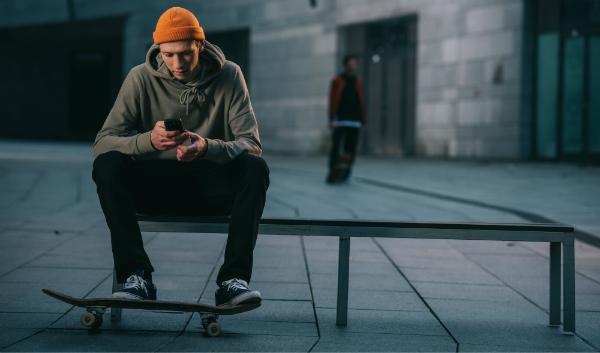 Ein Skater in lässiger Streetwear