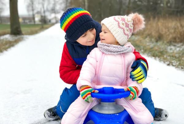 Kinder beim Spielen im Freien