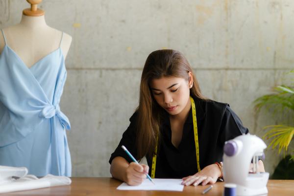 Modedesignerin bei der Arbeit