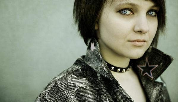 Junge Frau im Emo-Style