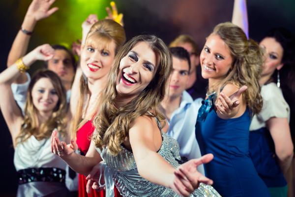 Cocktailkleider sind ideal für das Party Outfit im Urlaub