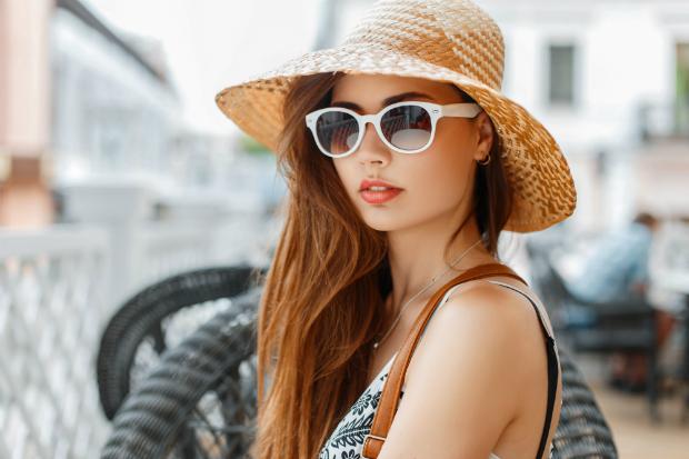 Frau mit Sonnenhut aus Stroh