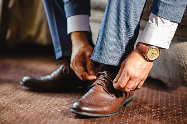 Braune Accessoires und Schuhe