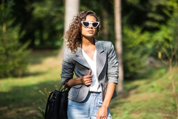 Kontrastreicher Freizeit-Look mit Sakko und Jeans
