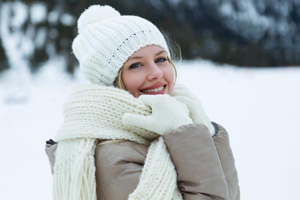 Mit Schal, Charme und Muetze winterfest angezogen