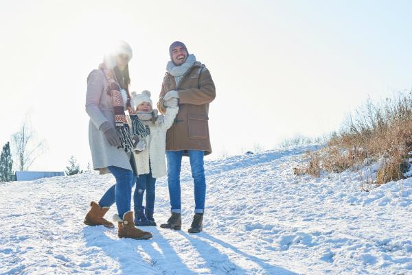 Glueckliche Familie im Winterurlaub