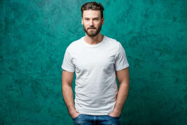 Mann im weissen T-Shirt