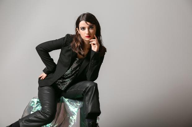 Frau in schwarzem Leder gekleidet - Kleiden im All-Over-Look