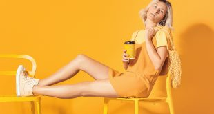 Frau in Gelb-Kleiden im All-Over-Look