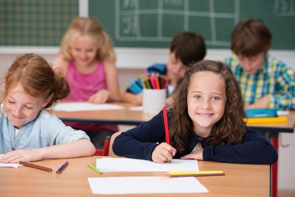 kinder im unterricht in der grundschule