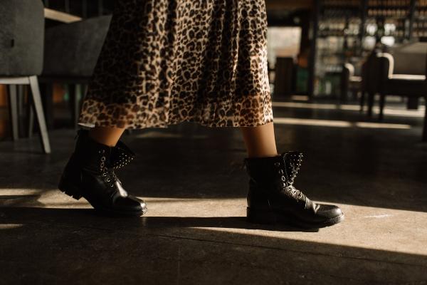 maxikleid-rock-boots-hard-rock-look