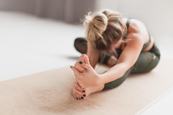 Kopf-zum-Knie-Stellung-yoga-outfit