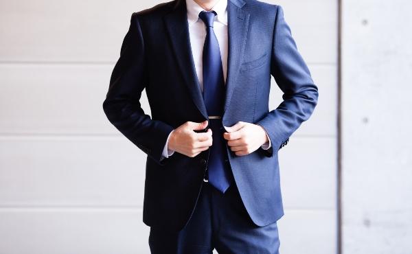 anzug-dunkelblau-stil-dunkelblau-kombinieren