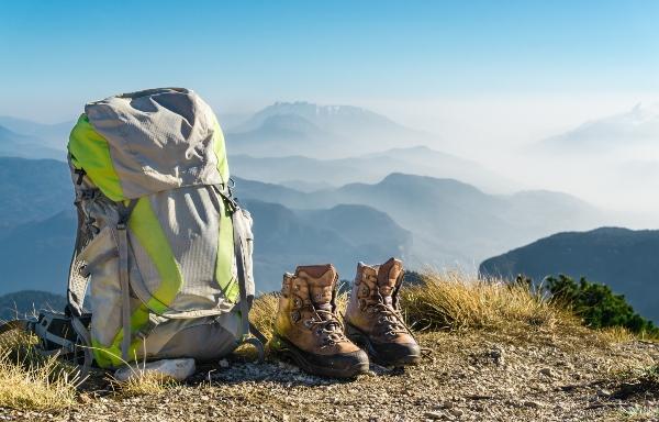 wanderausruestung-rucksack-stiefel-berg-bergwanderkleidung