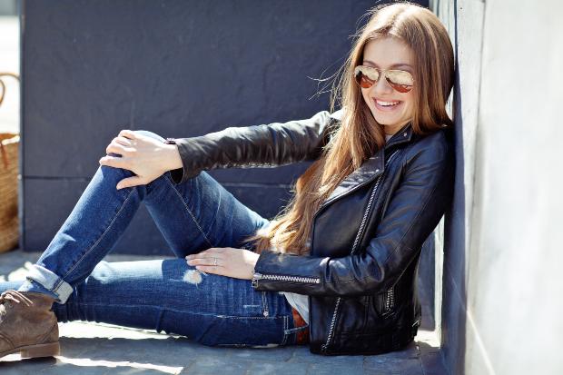 Frau in Jeans und LEderjacke