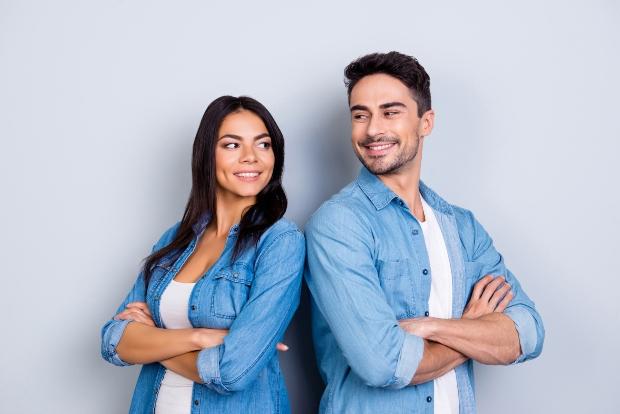 Junge Frau und junger Mann mit blauem Hemd