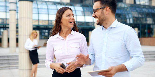 Junge Menschen im Business Hemd